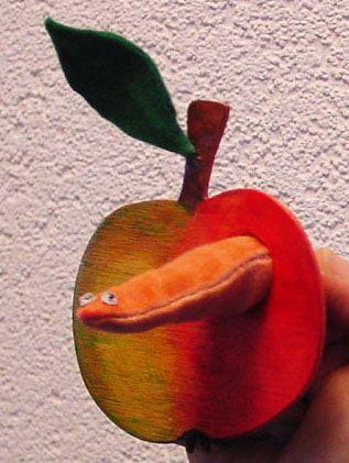 Appel met bewegende worm in - vingerpop