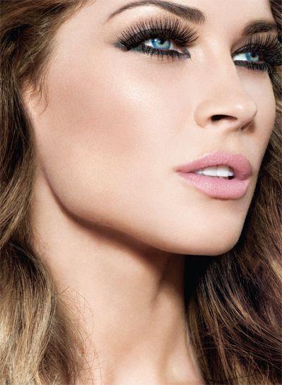 Aunque muchas personas se esfuerzan por que su piel tenga un aspecto más oscuro, algunos prefieren aclararla para esconder marcas, incluso imperfecciones, deshacer los efectos del exceso del bronceado...