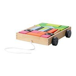 IKEA - MULA, 26 stavebních kostek s vozíkem, , Všechny mají stajnou barvu, ale přesto nevypadají stejně. Jak je to možné? Tyto kostky naučí vaše děti barvy a tvary.Rozvíjí jemnou motoriku a logické myšlení.Vůz samotný slouží jako hračka, ale i jako úložný prostor pro stavební kostky.Odolné stavební kostky z masívního dřeva.Natištěný vzor umístěný na dně usnadňuje udržet pořádek ve stavebních kostkách.
