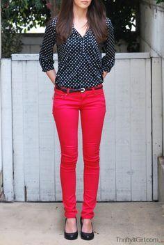 Camisa preta de bolinhas , calças de brim vermelhas.