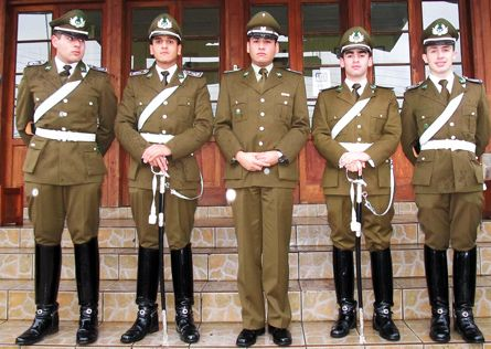 Uniforme de servicio de Carabineros de Chile (centro) y uniform de parada de Escuela de Carabineros (costado) / Service uniform of the Chilean Police (center) and parade dress uniform of the Police Academy (side).