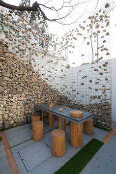 Eine effektvolle Idee für den Gabionenzaun ist diese Variante mit scheinbar schwebenden Steinen
