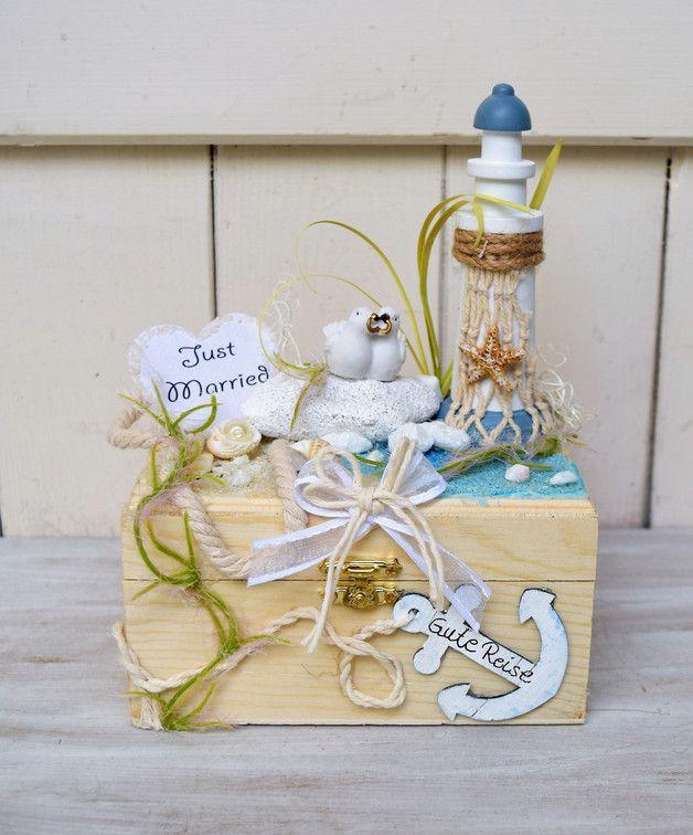Hier für Euch eine kleine Schatzkiste, für das Brautpaar! Auf einer Holzkästchen habe ich eine kleine Urlaubslandschaft gestaltet.Alles ist fest miteinender verklebt, und wartet darauf befüllt zu...