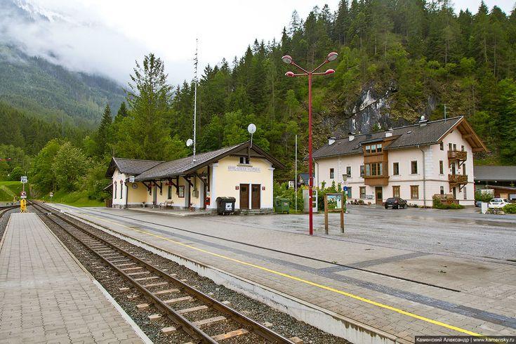 Австрия, Альпы, Цель-ам-Зее,  Станционное здание и дома в поселке. На заднем плане - тупиковая призма., Austria, Zell