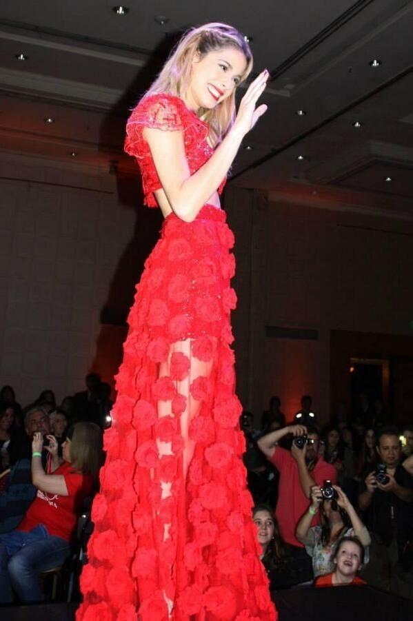 Martina Stoessel: sfilata di beneficenza per la Sindrome di Down❤️ WOW!! Q BELLEZAA!! ME ENCANTA TU VESTIDO!! @TiniStoesel❤️