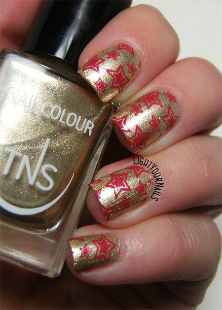 Red and gold wrapping paper #nailart // Nail art rossa e oro stile carta da regalo natalizia con lo smalto TNS Atomic 79 #holiday #nailstamping @tnscosmetics