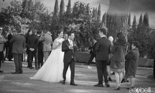 Location di classe per ricevimenti eleganti. Gli sposi sorseggiano un aperitivo nei giardini della Certosa di San Giacomo