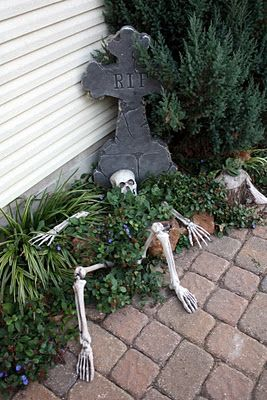 Une pierre tombale et son squelette.