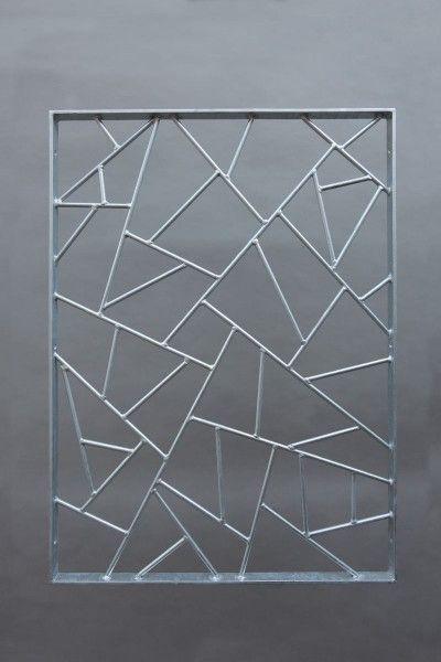 Ein Fenstergitter aus feuerverzinktem Stahl mit der schönen Schmitz Struktur