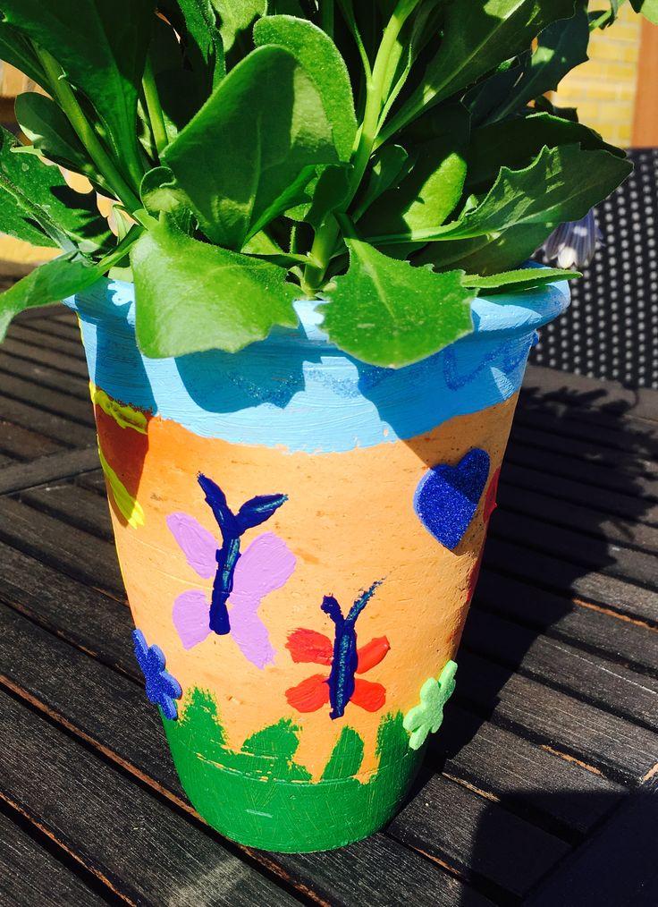 Blomsterkrukke malet i et fint mønster.