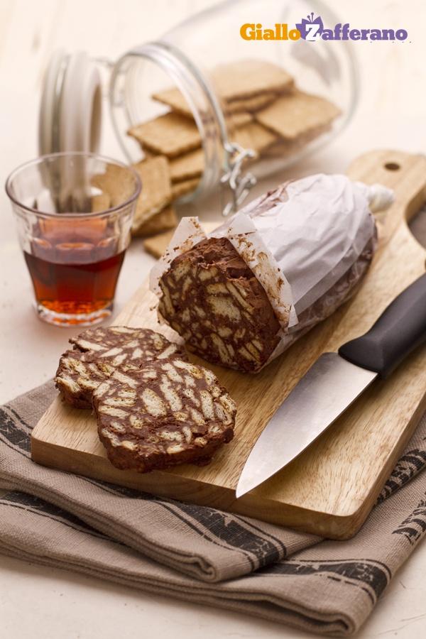 Il salame di #cioccolato (chocolate salami) è un dolce amato, conosciuto e preparato un po' in tutta #Italia, con alcune varianti da regione a regione. #ricetta #GialloZafferano #chocolate #dolci