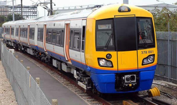Homem é impedido de citar a Bíblia no trem de Londres após assustar pessoas com pregação
