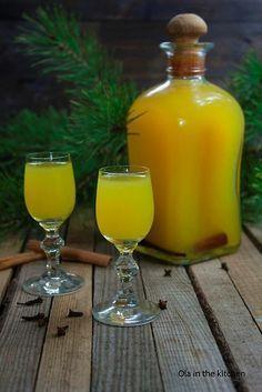 Składniki:  6 pomarańczy 200 g cukru 1 laska wanilii 1 kora cynamonu kilka szt goździków 250-300 ml wódki 300 ml wody   Pomarańcze