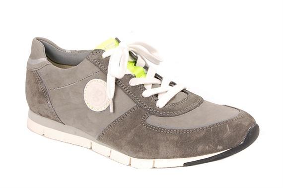 Super gave sneaker van Paul Green