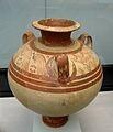 L'archéologie a retrouvé une grande quantité de poteries pour l'époque mycénienne, qui se caractérisent par l'emploi d'une argile fine, recouverte d'un engobe clair et lisse, à décor peint en rouge, orange ou noir. Les vases ont des formes très diverses: jarres à étrier, cruches, cratères, vases dits «coupes à champagne» en raison de leur forme,