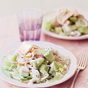 Salade met meloen en gerookte kip. 200 gr galiameloen (40), 90 gr gerookte kipfilet (110), 30 ml creme fraiche light (50), 2 theelepels olijfolie (80). Totaal 280 kcal pp