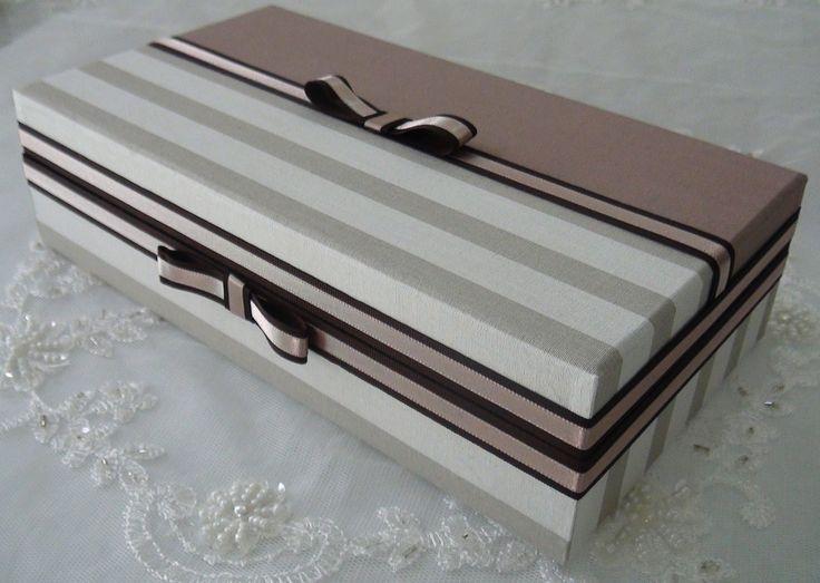Caixa em MDF forrada com tecido 100% algodão. Fitas em cetim e laços. Sua parte interna é flocada em preto. Possui 8 divisórias.