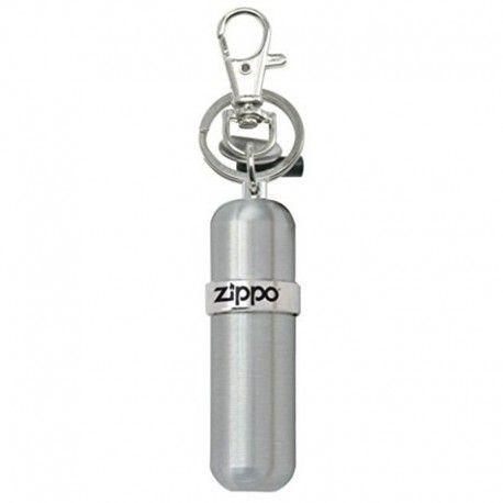 Zippo Canistra Benzina este un accesoriu avantajos pentru orice detinator de bricheta Zippo. Aceasta canistra contine gaz original Zippo pentru o incarcare completa. Canistra prezinta un breloc de chei, un suport de cauciuc pentru 2 pietre de rezerva,  o carabina pentru agatare si un disc pentru desfacerea surubului atunci cand este necesara inlocuirea pietrei.