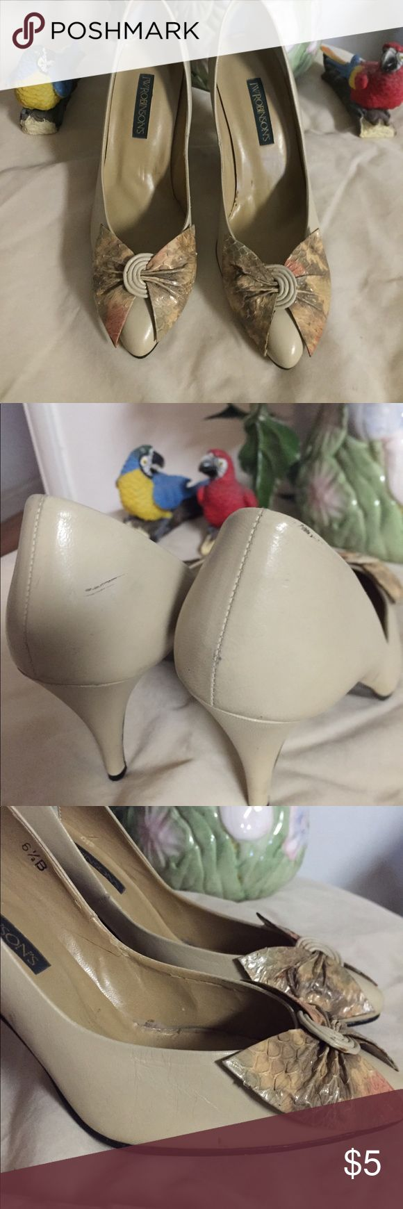 """VTG: cream shoes with snake skin bow. Cream shoes with snake skin bow/ 6-1/2 """" size/ Han a little stain on the right of the shoes, not noticeable when wearing/fine leather upper /3-1/2"""" heels .Never used, long keeped. Shoes Heels"""