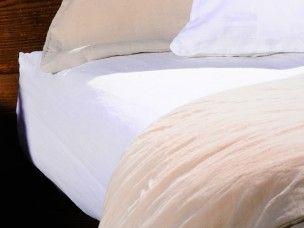 Drap housse en lin lavé- Sylvie Thiriez- 140x190 -blanc  Ces draps housse sont en lin lavé, trés agréables pour l'été .  Ils s'hamonisent aux housses de couette et taies d'oreilliers de la gamme lin stone washed de Sylvie Thiriez . N'hésitez pas à mixer les couleurs de ces parures de lit (blanc/piment/ivoire) que nous avons sélectionnées pour vous pour une chambre zen, ambiance nature.