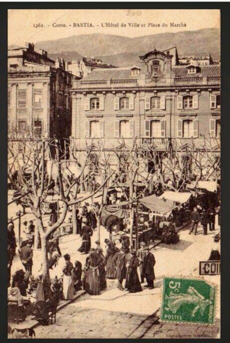 Hôtel de ville et place du marché.