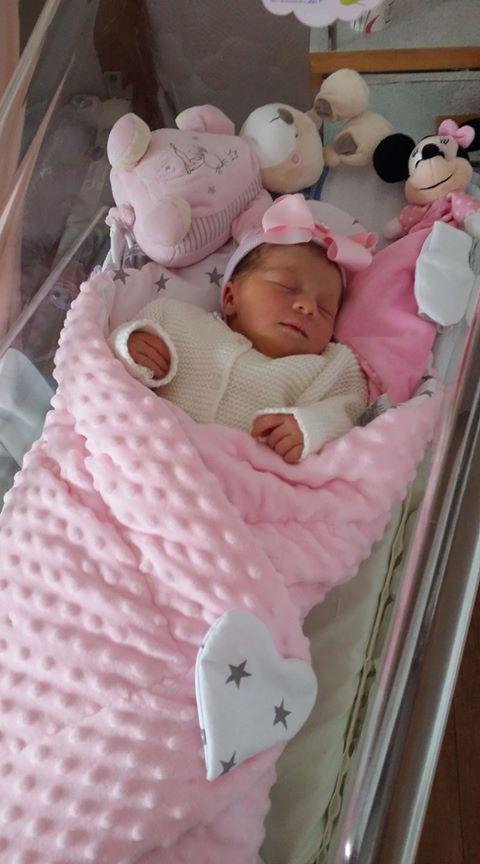 La magnifique petite Louna dans sa gigoteuse d'emmaillotage Minky rose Étoiles