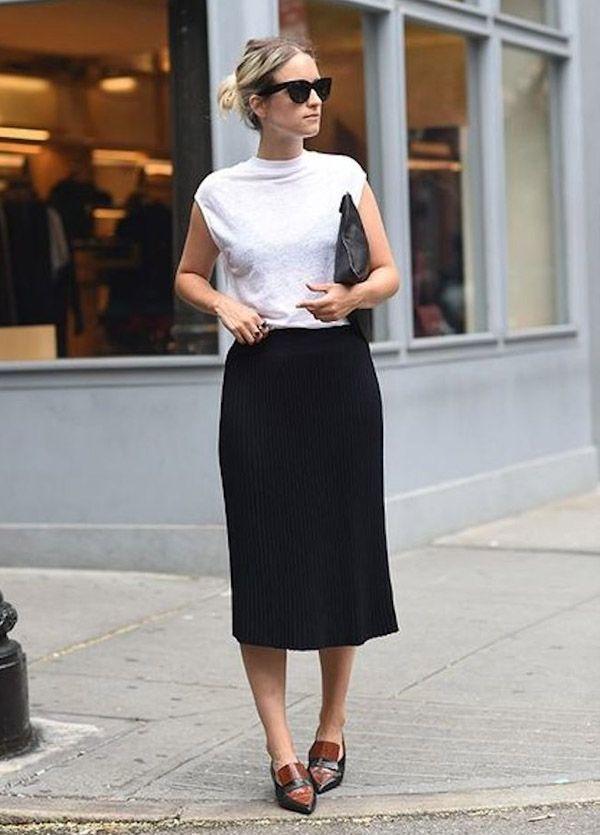 Look escritório com saia formal preta e t-shirt branca.