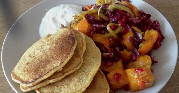 vegetarisch recept voor pompoen uit de oven met granaatappel pannenkoek van kikkererwtenmeel yoghurtsaus