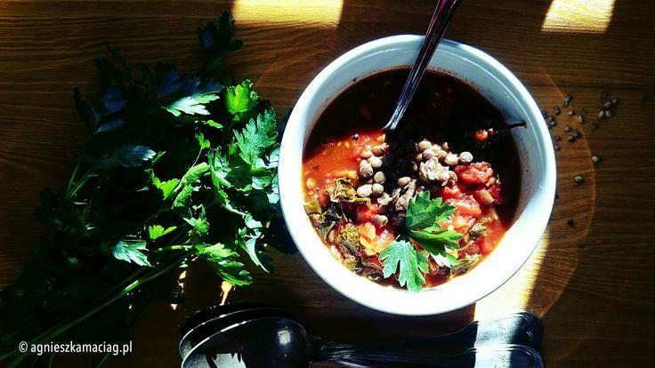 Pyszna zupa z jarmużem, zieloną soczewicą i pomidorami