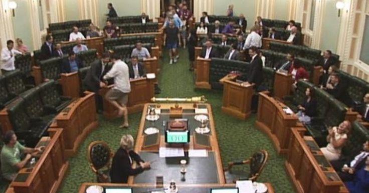 Απίστευτο: Βουλευτές στην Αυστραλία ψηφίζουν στη Βουλή με βερμούδες, κοντομάνικα και χωρίς παπούτσια
