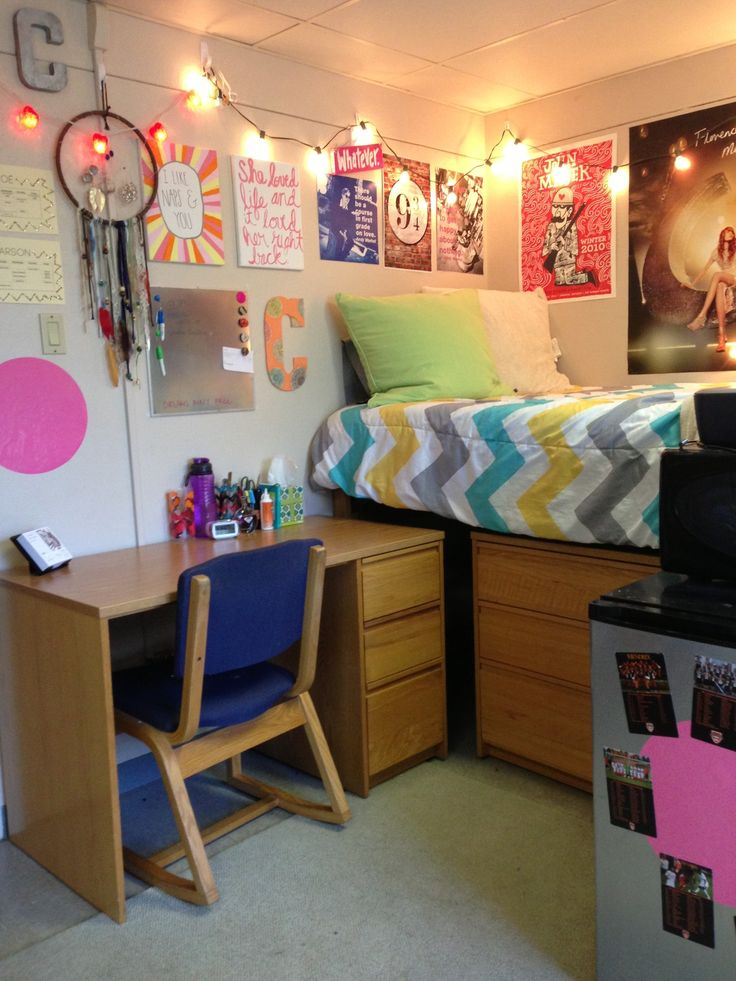 I actually really like the configuration, especially because I'll be doing something like that if I get the bad side of my room next year :/ | fyeahcooldormrooms