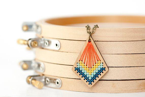 Un magnifique pendentif avec des couleurs vives. Une occasion de mettre en valeur sa passion pour le point de croix.