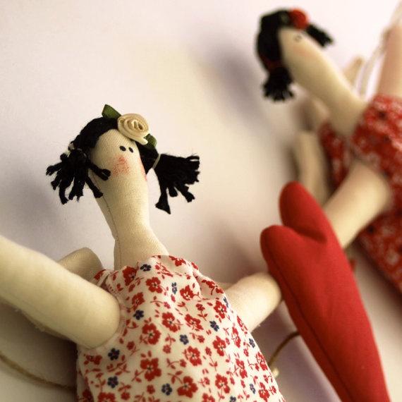 Angel girls holding heart garland by paninohome
