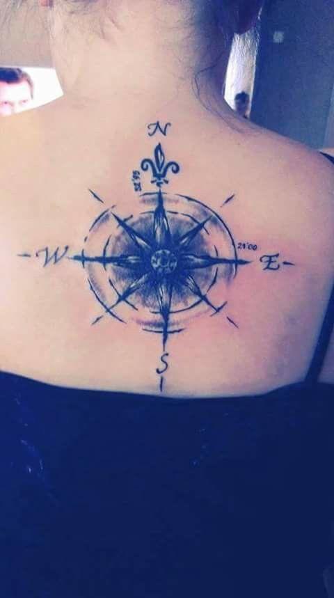 Tatuaż na plecach-kompas