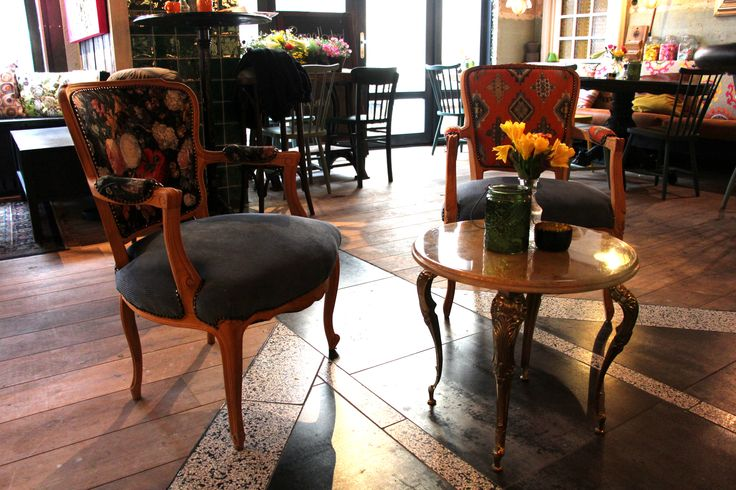 Horeca inrichting door Oud is Nieuw. Mooie gestoffeerde stoelen in stijl van het restaurant in Harderwijk.