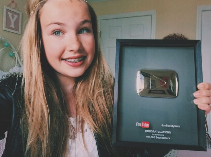Dit meisje daar heet Joy ze heeft een YoutubeKanaal en ik kijk naar haar.