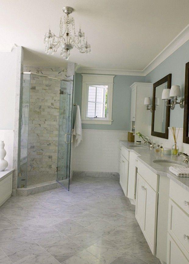 Прозрачная душевая кабина в ванной комнате