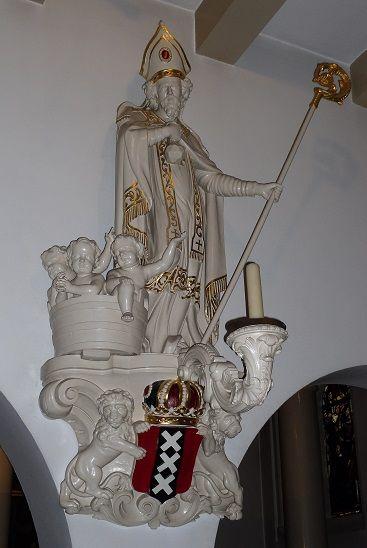 Sint Nicolaasbeeld in de Begijnhofkapel te Amsterdam