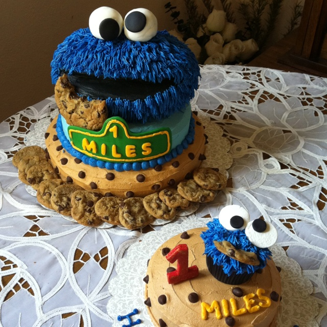 Cookie Monster cake. Just his head for the top of the cupcake! Brown color (matching chocolate chip cookies) for bottom of cupcake. #kimberlingray