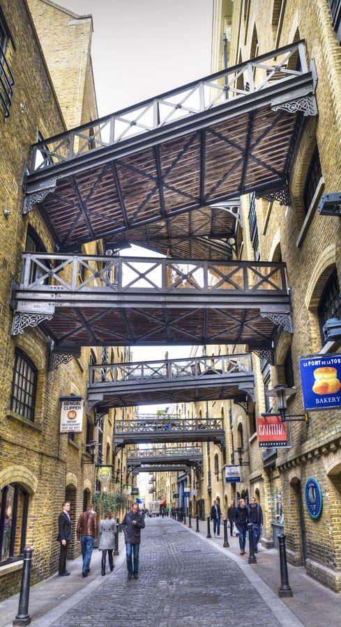 Shad Thames,  una de las calles mas bonitas de Londres.  Situada en la ribera sur del Tamesis,  empieza junto al Puente de la Torre.  Los edificios que lo flanquean fueron almacenes del Puerto de Londres hasta  los años 70 del siglo XX. Los puentes unian los almacenes de ambos lados, hoy en dia reconvertidos en lujosísimos pisos residenciales. Los del lado norte tienen vistas al Tamesis.