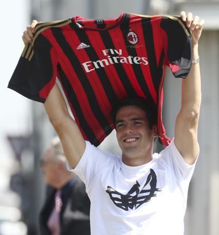 Eccolo Kakà, appena sbarcato a Linate, con la maglia del Milan. Avrà ancora la mitica numero 22. Ap