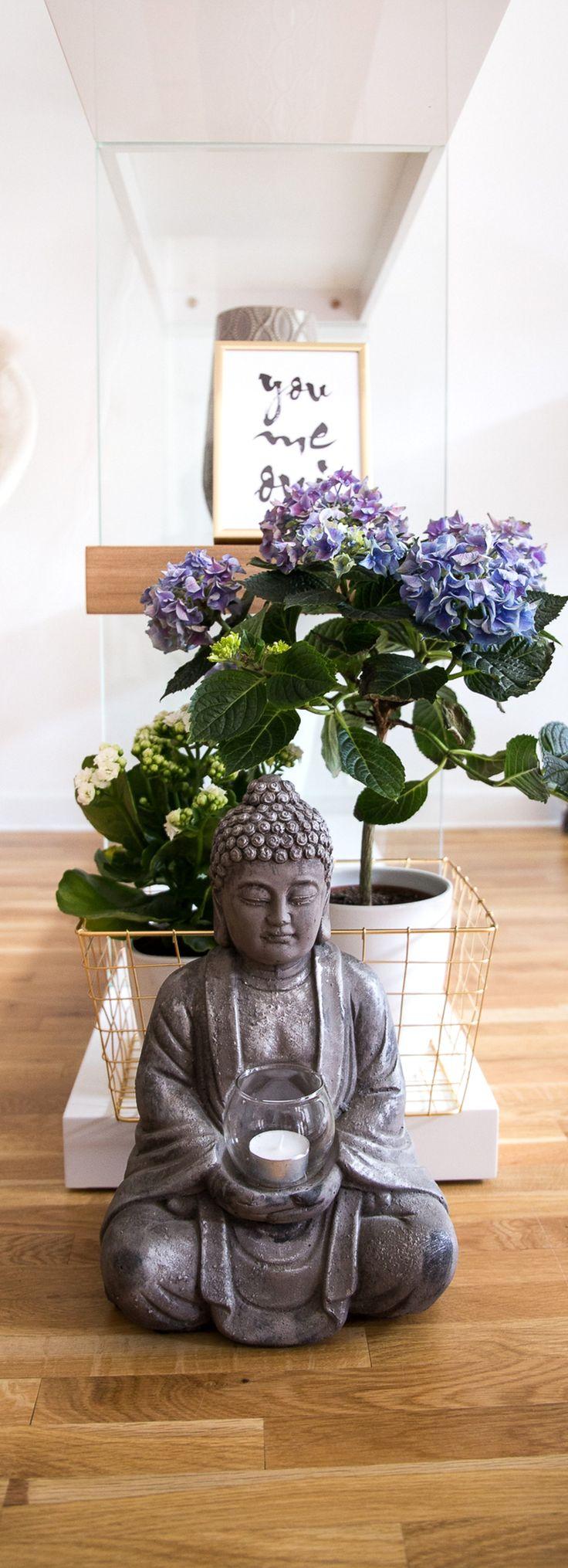 Blaue Hortensie / Wohnzimmerregal / Buddha / Interior / Frühlingsblumen / Zimmerpflanze / Interior