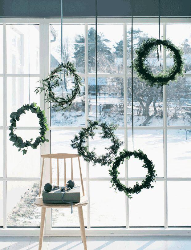Wer viel Platz hat, muss sich bei der Wahl des Kranzes nicht entscheiden. Es darf alles an die Fensterfront, was die Natur zu bieten hat. Wunderschön! #weihnachten #dekoration #fenster>> Originelles Fenstedeko aus Blätter- und Tannengrün!