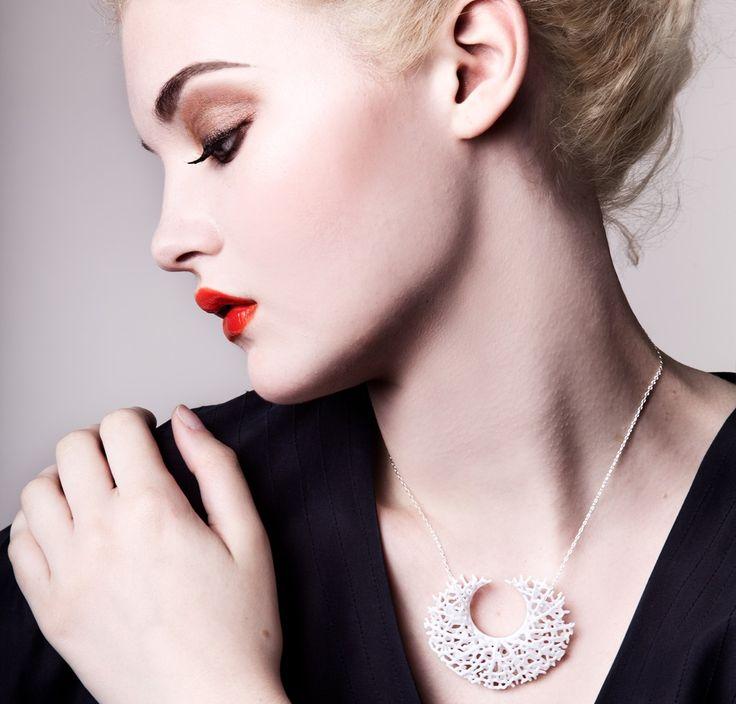 Vessel kaulakoru on 3D-tulostamalla valmistettu nailon koru. Ketju on Sterling-hopeaa ja 45cm pitkä.  #Kaulakoru #3dtulostus #muoti
