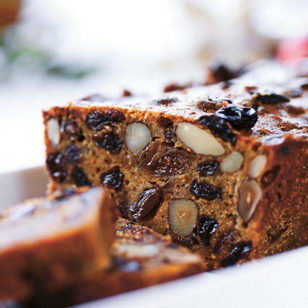 Denne kaka fins det like mange variasjoner over som det fins kokker i verden. Denne lager vi av og til hjemme til jul.  2 former på 1,5 l  ...