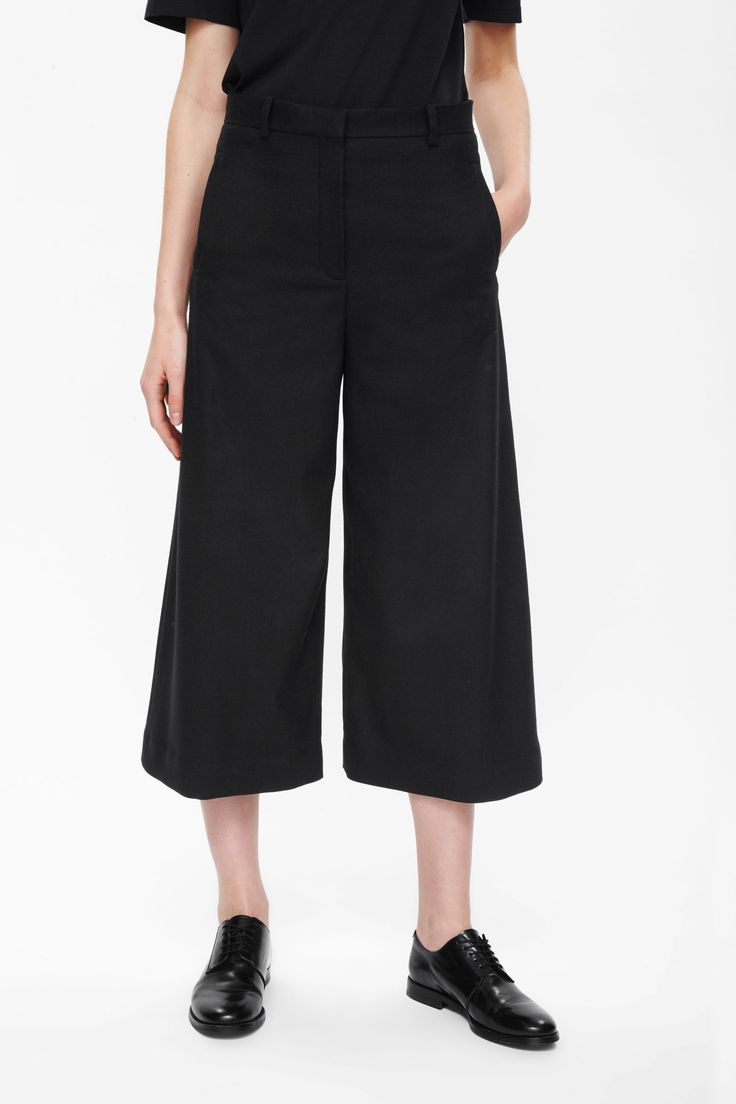 Mooi met platte schoen en zwarte panty eronder.