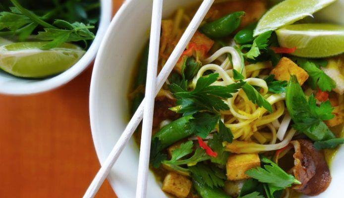 Kruidige udon noodles met shii-take & knapperige tofu - Culy.nl