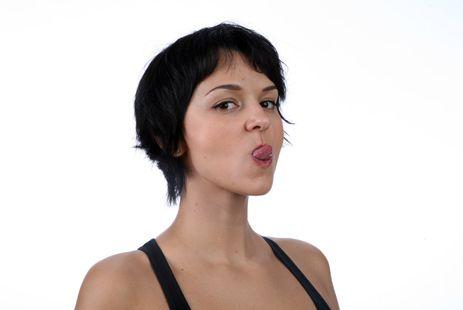 Упражнения как быстро убрать двойной подбородок :: 2.2 Вытягиваем язык Удерживая губы расслабленными, высуньте язык как можно дальше и закрутите его вверх, как будто лакаете. Повторите 25 раз. Нюанс: не сжимайте губы, как на второй фотографии, складывая их трубочкой, следите, чтобы на лице, особенно у рта, не было морщин и заломов.