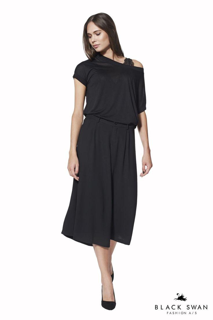 Buksenederdelen med sine brede ben og længde til midt på læggen, fungerer som både nederdel og bukser, og kan styles på en cool måde til enhver lejlighed. Nice flared pant. Black Swan Fashion