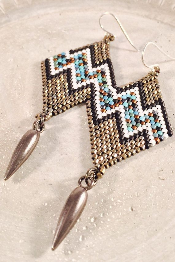 Diamante en forma de grano de la semilla de pendientes por Calisi